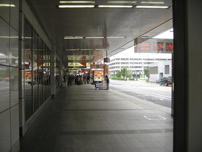津田沼行きのバスを待つ.JPG